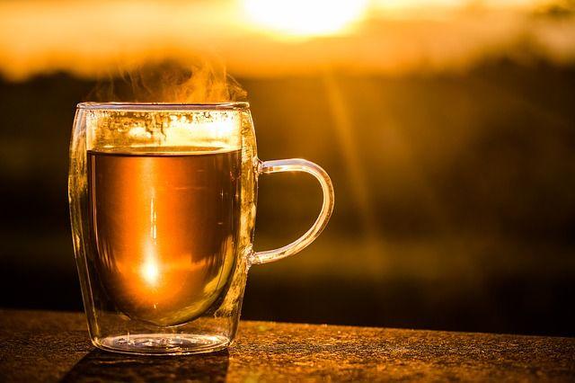 Eine Tee Tasse fotografiert im Sonnenaufgang
