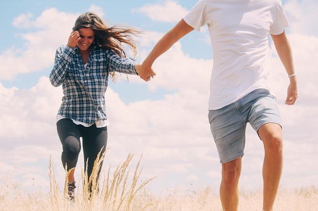 Junges Paar läuft am Strand entlang