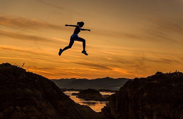 Eine aktive Frau ist joggen