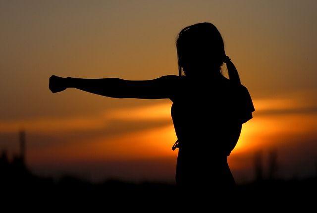 Frau macht Kampfsport im Sonnenuntergang