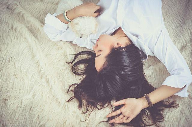 Frau schläft auf einem Fell